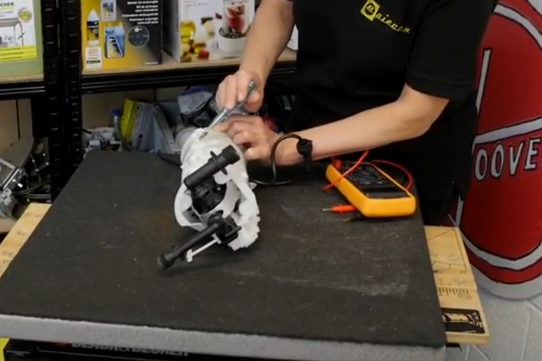 Problèmes électriques sur un nettoyeur haute pression Karcher - Ouvrir le boîtier moteur